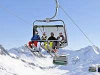 Bir telesiyejde dağa çıkan kayakçılar