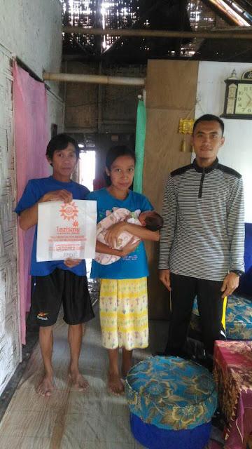 Keluarga yang membutuhkan biaya persalinan bersama Ketua PCPM Watukebo, Fibri Arisandi