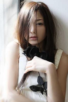 Gigit bibir pose hot Tina Yuzuki