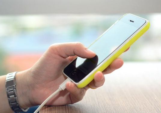 Menggunakan iPhone 5s ketika di-charge