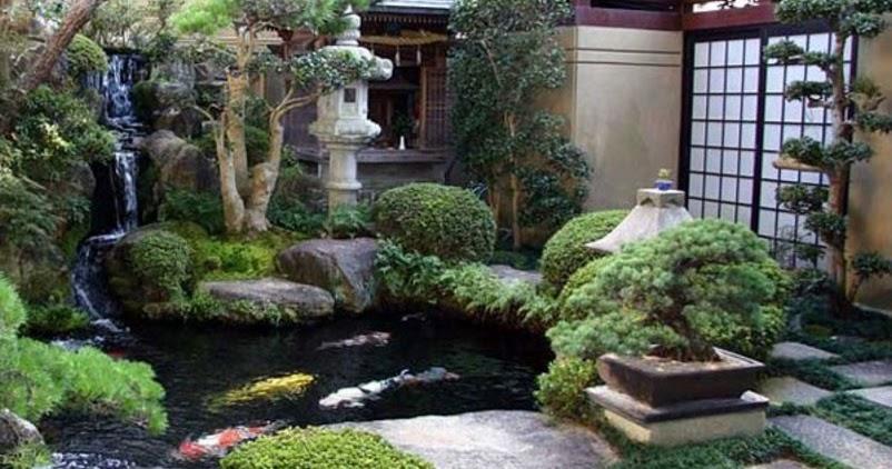 gambar taman rumah minimalis dengan kolam ikan terlihat