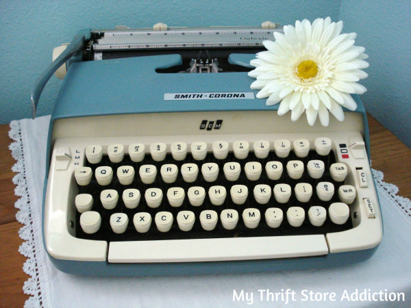 Friday's Find  Vintage Favorites .25 thrift store typewriter mythriftstoreaddiction.blogspot.com