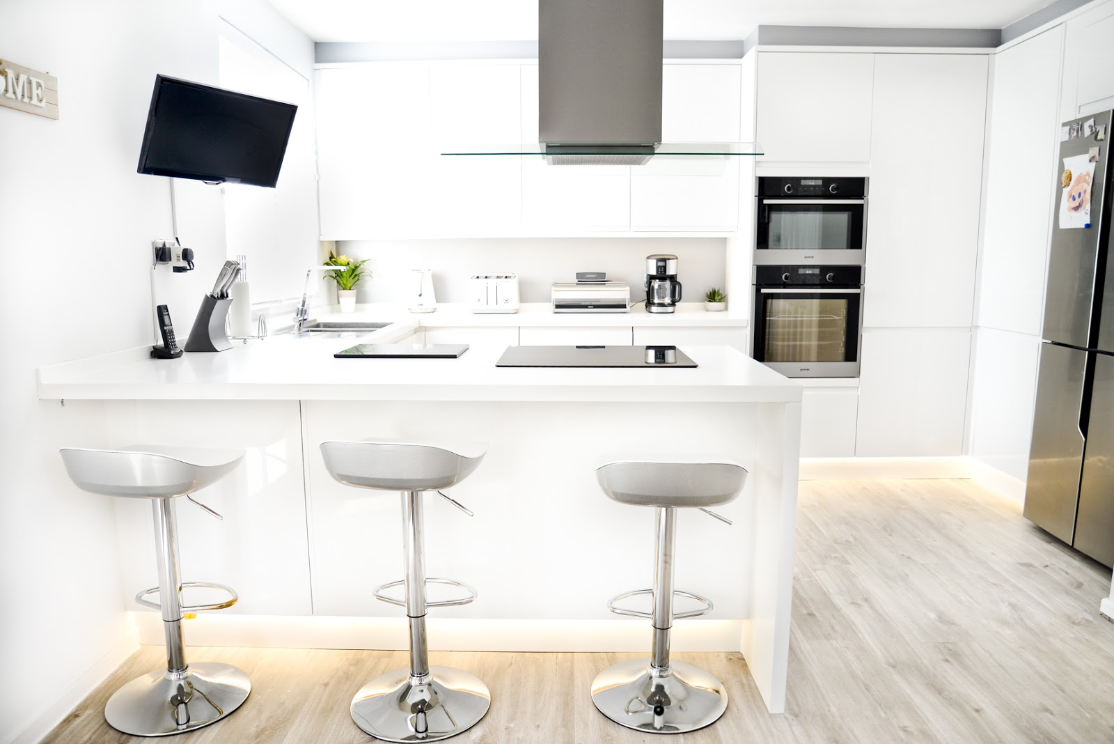 howdens clerkenwell gloss kitchen, white modern Scandinavian style kitchen diner, modern white kitchen, modern rustic kitchen,