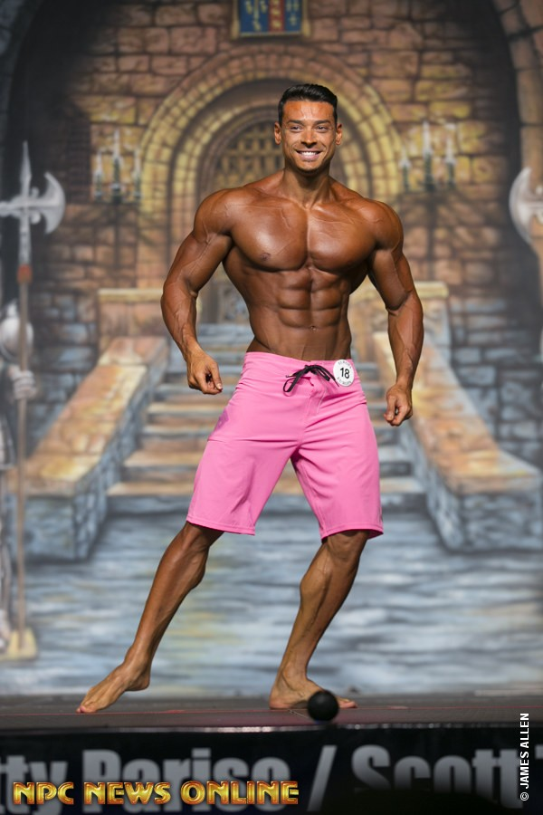 Felipe Franco se apresenta no palco do IFBB Europa Dallas Pro. Foto: NPC/James Allen