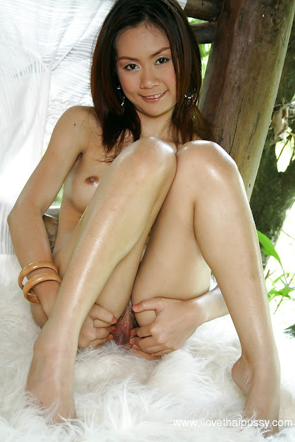 foto dewasa gadis thailand bugil masturbasi di luar