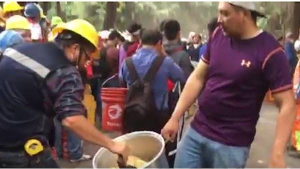 Tamalero dona su producto para alimentar a rescatistas (VIDEO)