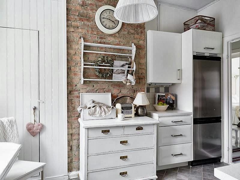 Nutka romantyzmu - wystrój wnętrz, wnętrza, urządzanie domu, dekoracje wnętrz, aranżacja wnętrz, inspiracje wnętrz,interior design , dom i wnętrze, aranżacja mieszkania, modne wnętrza, shabby chic, styl romantyczny, romantyczne wnętrza, koronki, kuchnia, cegła, czerwona cegła, ściana z cegły