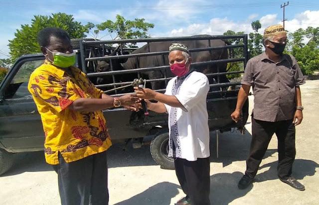 Yan Yap Ormuseray Antar Sembako dan Hewan Kurban Dishut Papua ke Masjid