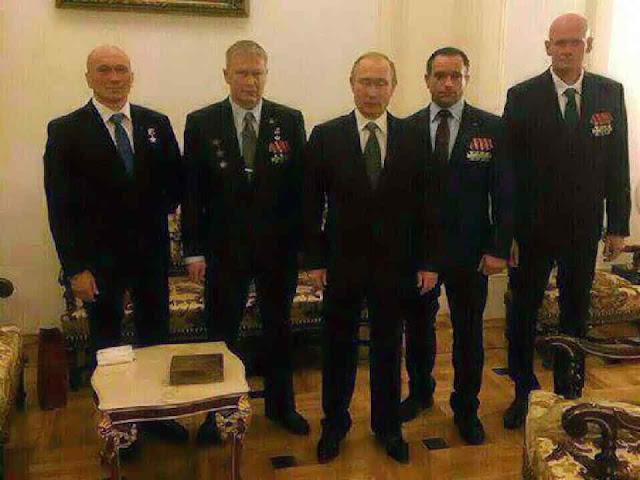 Putin condecora milicianos, 'Wagner' ou Dmitriy Valeryevich Utkin está à sua extrema direita.