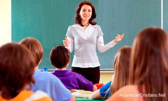 Maestros enseñan el Evangelio a estudiantes