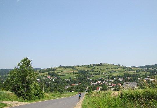 W drodze na stoki Cergowej. Widokowe wzniesienie nad wsią Lubatowa.