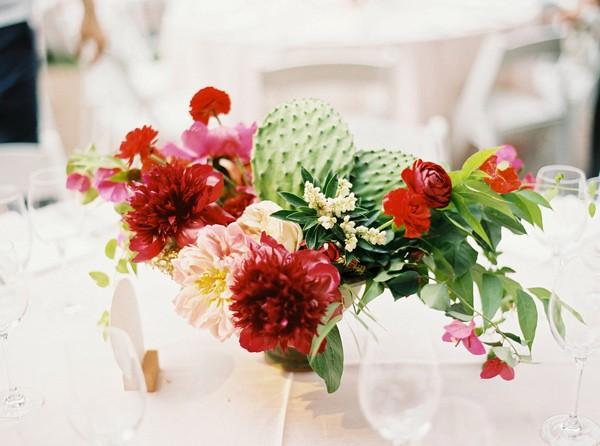 originales flores en mesa nupcial chicanddeco