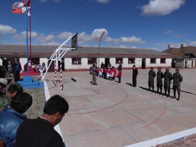 Am heutigen Tag wurde das neue Schuljahr in Bolivien eröffnet nach zwei Monaten Ferien. Es waren noch nicht alle Schüler da, aber dafür die sieben Lehrer mit dem Kollegs Direktor.