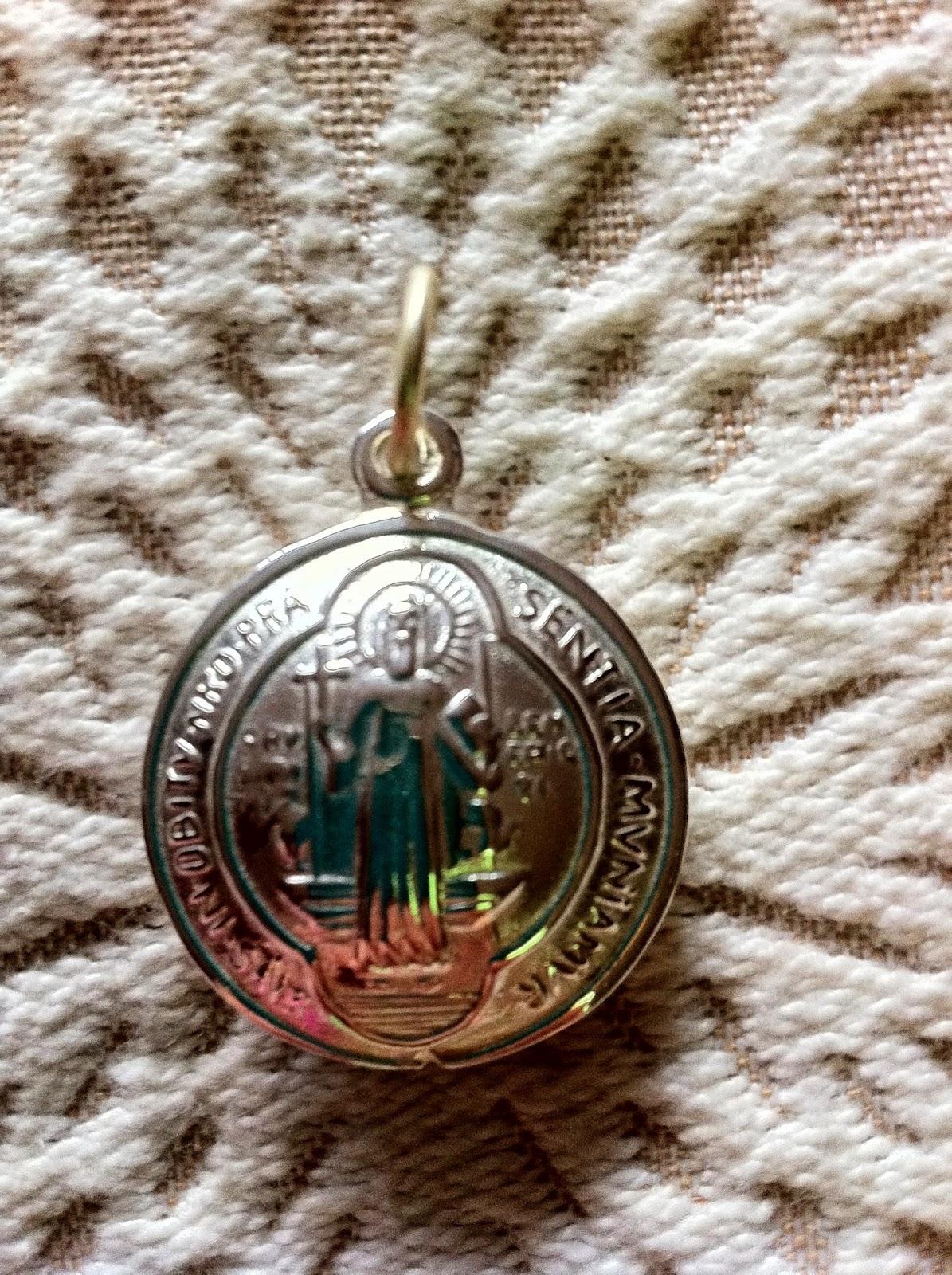 224064c5b3b Adquiere tu medalla aqui dejanos tu comentario para contactarte o  escribenos a quien fue san benito