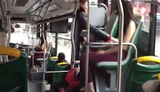 Aneh, Wanita Ini Tiba-tiba Tanggalkan Baju saat di Bus