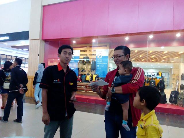 Pembagian Brosur Lazismu ke Pengunjung ROXY Mall