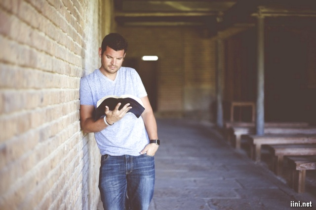 ảnh người đàn ông đứng đọc sách