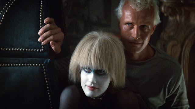 Les réplicants Pris (Daryl Hannah) et Roy Batty (Rutger Hauer) dans Blade Runner, réalisé par Ridley Scott (1982)