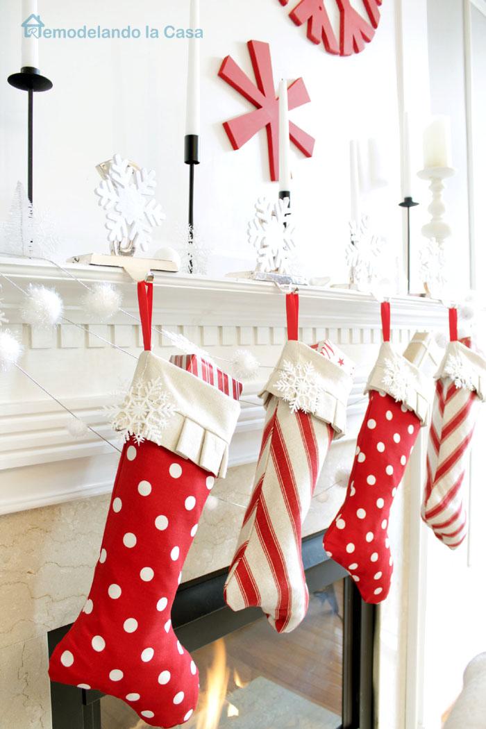 Red and White Christmas Mantel  Remodelando la Casa