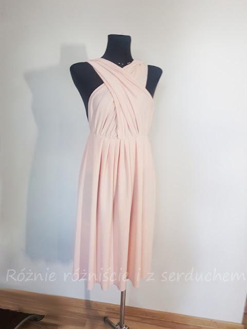 Sukienka ze skrzyżowanymi pasami z przodu