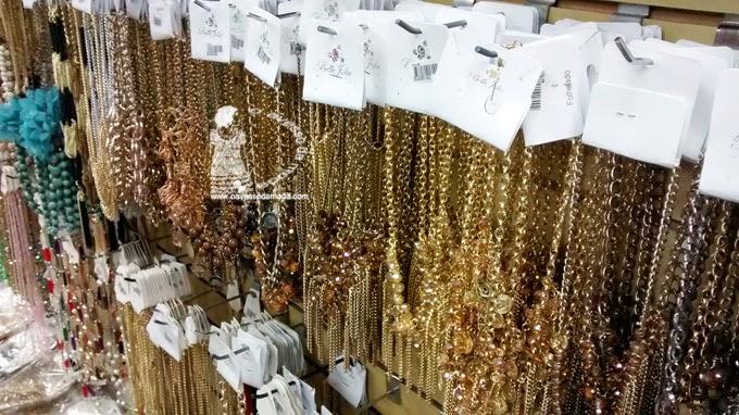 bfb2434691cdd O que comprar na loja  Um mundo de coisas  acessórios para o cabelo,  bijuterias, pincéis individuais de maquiagem (Macrilan   outros),  carteiras, clutches, ...