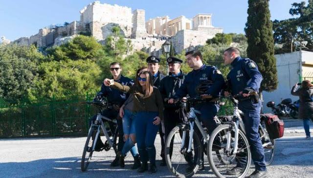 Η selfie των αστυνομικών με νεαρές στην Ακρόπολη! (φωτό)