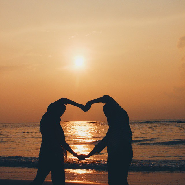 foto sunset romantis di pantai