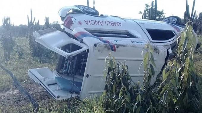 Ambulância capota ao ser atingida por carro da Secretaria de Saúde de Valente
