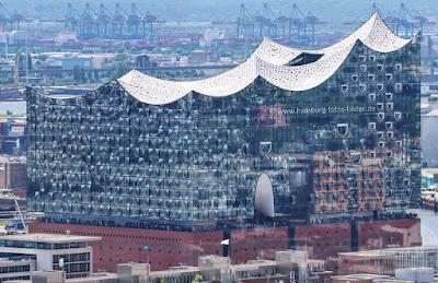 elbphilharmonie von oben blick von der sankt petri kirche hamburg