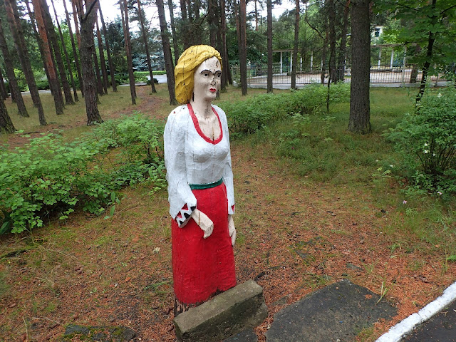 W sanatorium jest parę rzeźb, tu jedna z nich