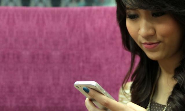 Perhatikan, Ini Iklan Paling Mengganggu Pembaca Online  - Foto: Ilustrasi Wanita Cantik Pegang Ponsel Baru