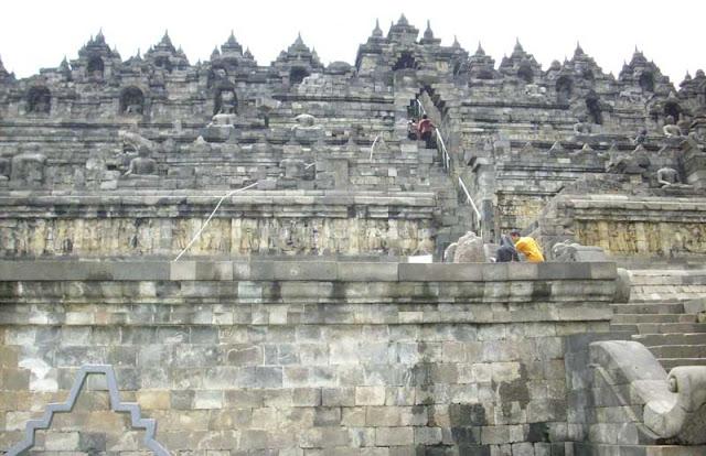 Candi borobudur merupakan salah satu obyek wisata yang terkenal di Indonesia yang terleta Sejarah Berdiri Candi Borobudur