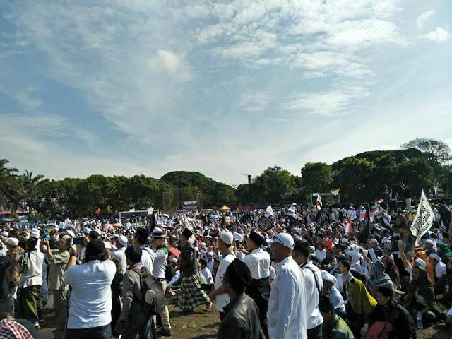 Ribuan Peserta Tabligh Akbar dan Reuni Pra-212 Mulai Penuhi Lapangan Kerkof Garut