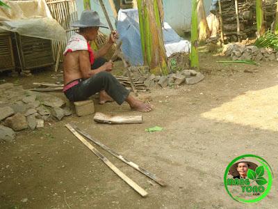 Kakek admin sedang membuat pagar bambu... Kok adminnya gak ikutan, ikutan lah ... Khan ini jepret poto dulu... Hehehe