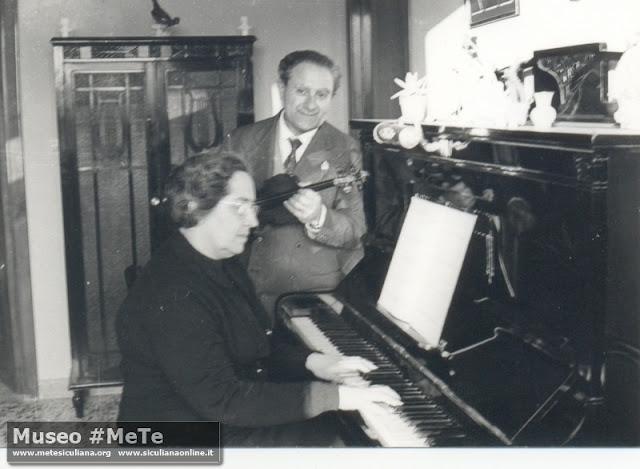 Luigi e Cristina Basile al pianoforte Siculiana 1950