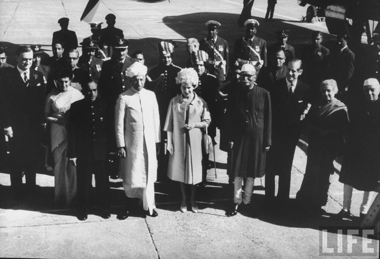 De izquierda a derecha: Indira Gandhi (2), Vicepresidenta de la India Sarvepalli Radhakrishnan (4), Reina Isabel II (5), Presidenta de la India, Dra. Rajendra Prasad (6), Príncipe Felipe Marido de la Reina (7), Vijaya Laxmi Pandit ( 8), el primer ministro de India Jawaharlal Nehru (9).