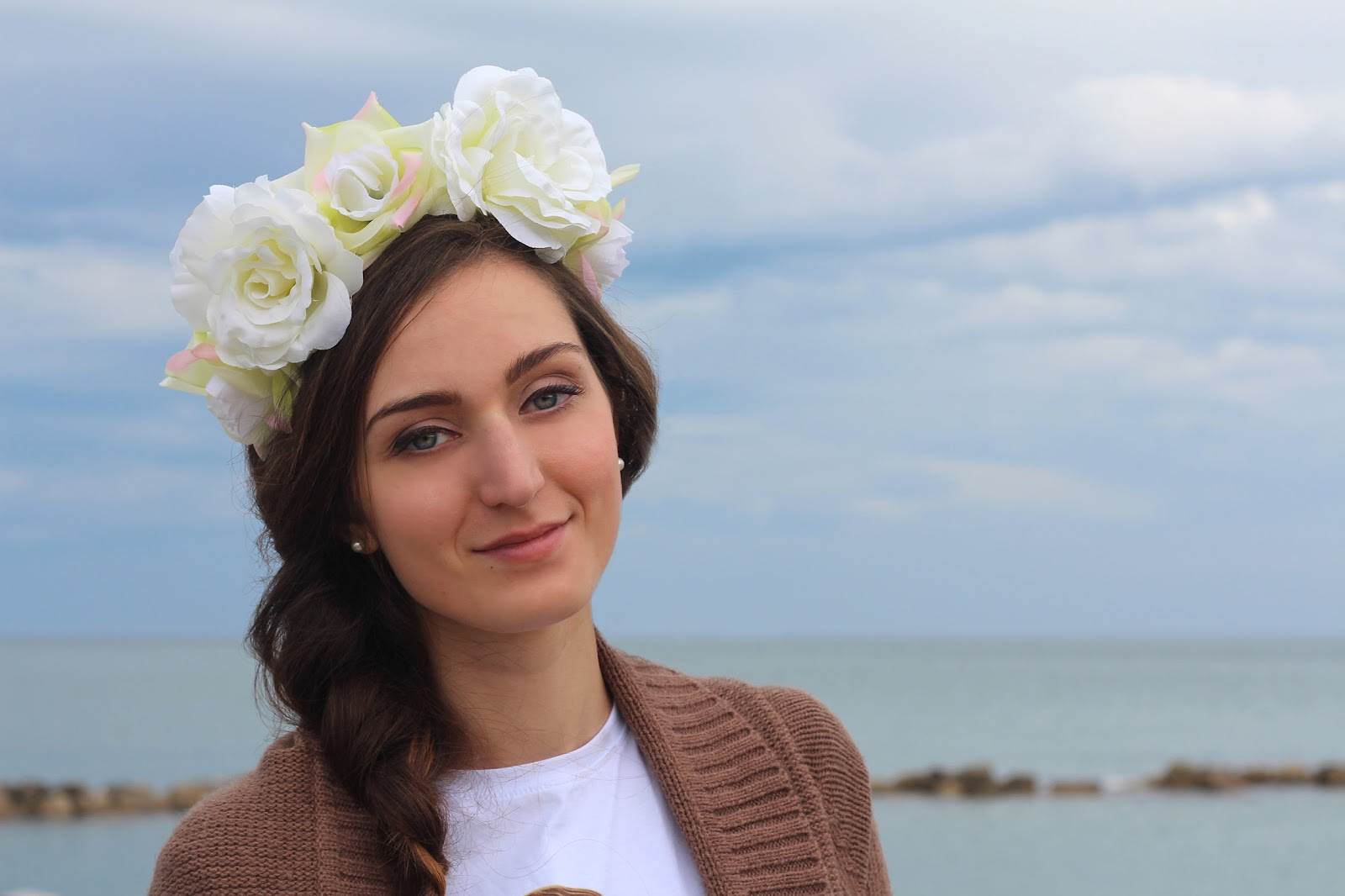 fashion blogger pescara girl italian style outfit floral crown siamoises t-shirt white brown jeffry campbell