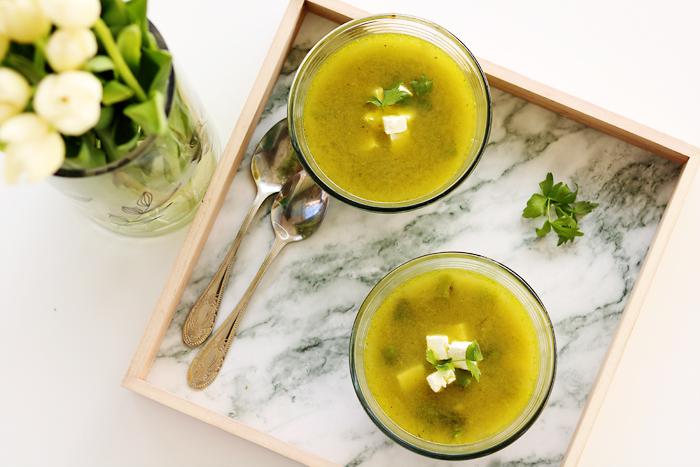 Zupa ze świeżych szparagów, kaszy jaglanej i sera feta