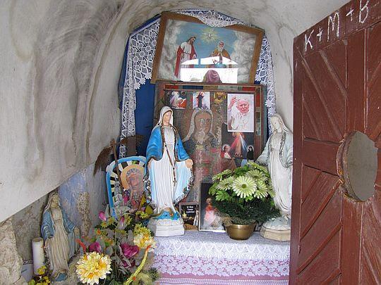 Ołtarzyk kapliczki.