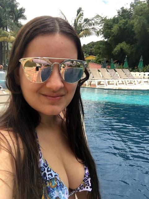 Biquini na piscina do resort tauá