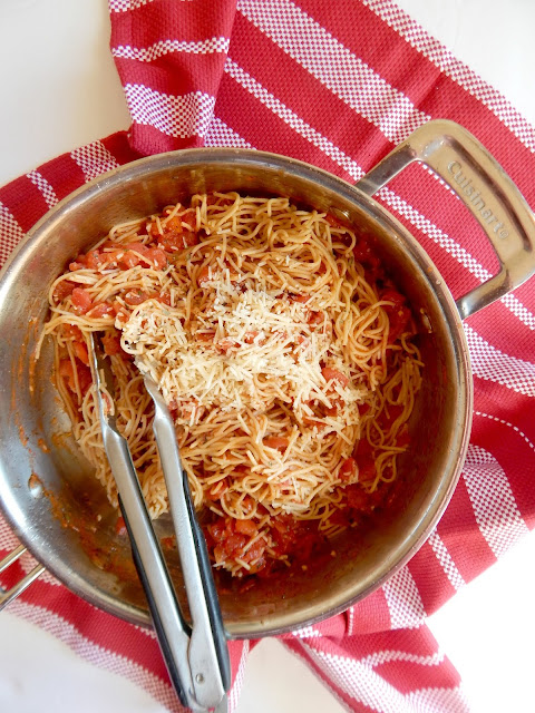10-Minute Tomato and Garlic Whole Wheat Spaghetti...an super, simple and quick family dinner!  Just a few whole ingredients gives this pasta a fantastic flavor and will pleae everyone.  Put in your meal plan for 2019! (sweetandsavoryfood.com)