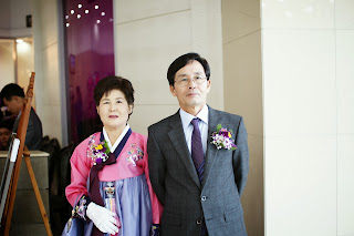 Getting married in Korea - Bride's parents greeting guests