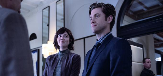 Aaron tveit y Mary Elizabeth Winstead en una escena de Braindead, nueva serie de la CBS