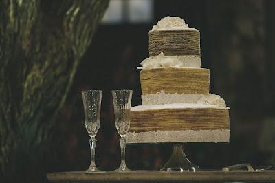 Tarta de boda y copas de champán