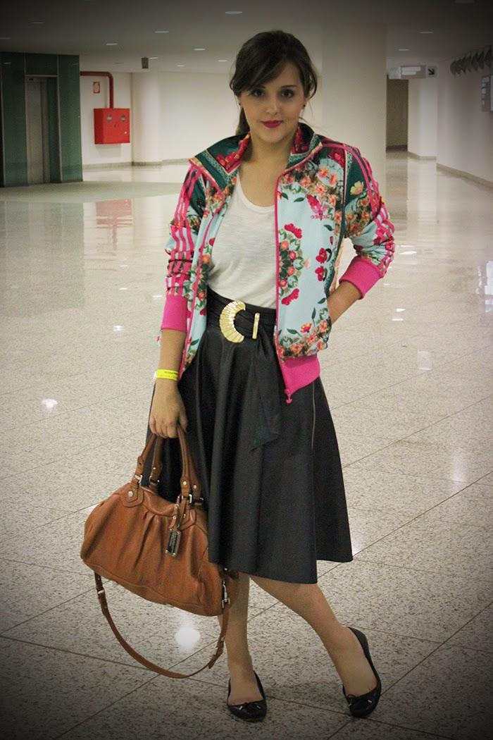 8428d7c3f7 Uma mistura de estilos que se armoniou deixando o look bem feminino por  conta da saia edespojado por conta de casaco. Eu adorei