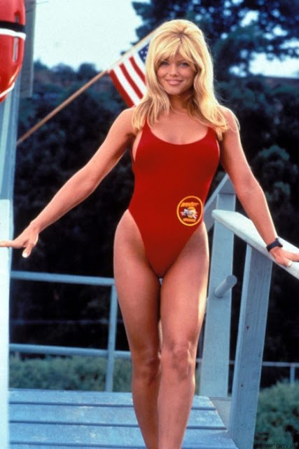 Donna D'Errico se pone un bikini rojo de nuevo y deslumbra