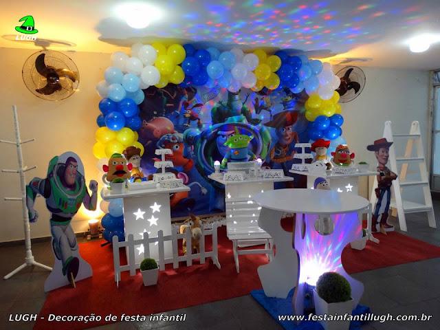 Mesa provençal decorada com o tema Toy Story para festa infantil - decoração para aniversário de meninos realizado na Barra RJ
