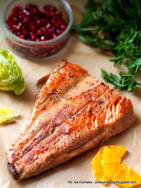 pstrag lososiowy, salatka z ryba, salatka na lunch, rybka, smazony pstrag, kolacja