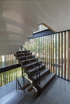 Escalera en casa de diseño