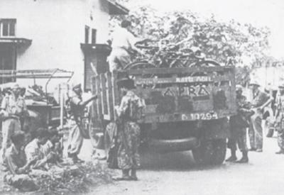 Pasukan APRA sedang melakukan penangkapanterhadap anggota TNI di Bandung